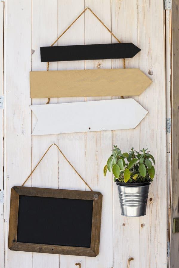 I segni svuotano la freccia Retro frecce Fondo di legno della decorazione immagini stock libere da diritti