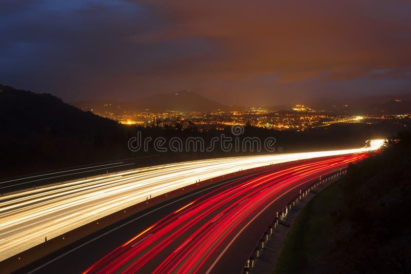 I semafori, automobile si accende alla notte sulla strada fotografia stock