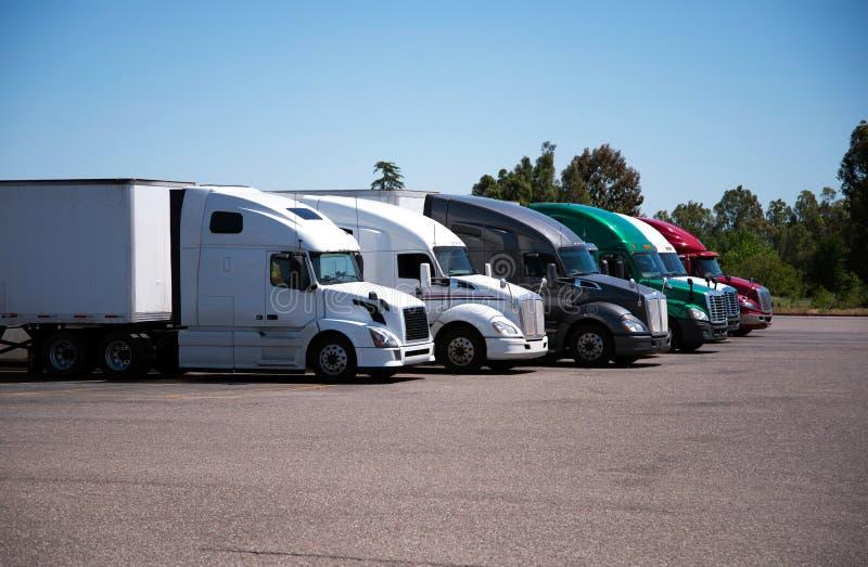 i Semi-camion ed i rimorchi di differente fanno ed i modelli stare nella r fotografia stock