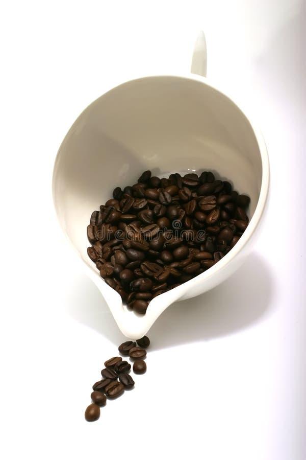 Download I Semi Del Caffè Scorrono Dalla Ciotola Immagine Stock - Immagine di isolato, bistro: 3894575