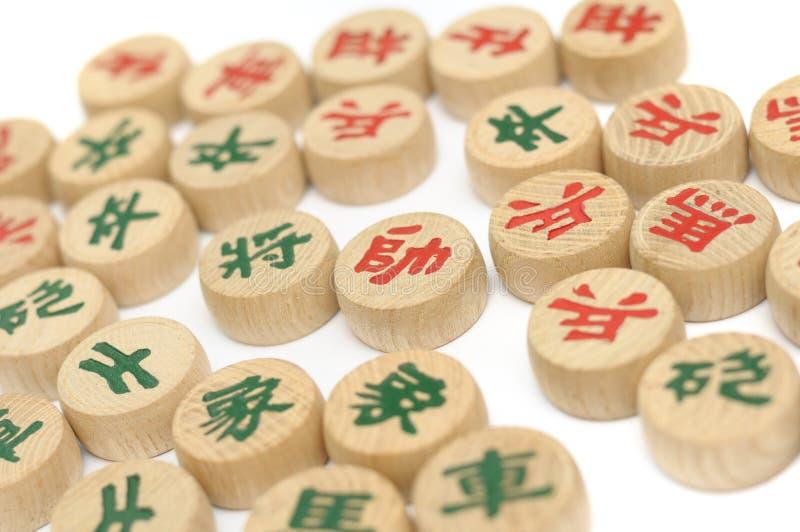 I semi di scacchi ed i pezzi di gioco di scacchi cinesi immagine stock