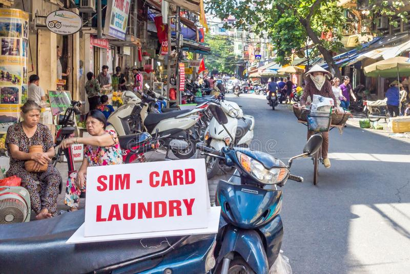 I servizi di lavanderia e del telefono hanno offerto sulle vie di Hanoi fotografia stock