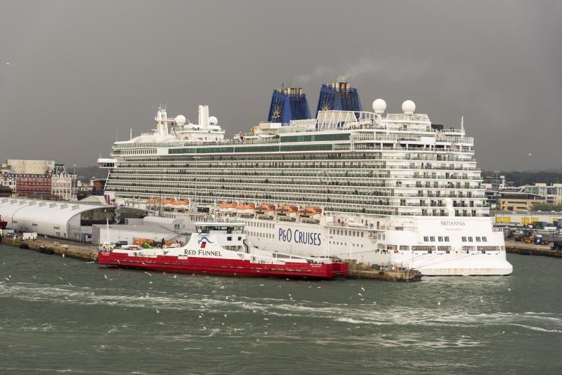 I sistemi MV Britannia di P&O e gheppio rosso del traghetto rosso dell'imbuto al terminale Southampton dell'oceano fotografia stock
