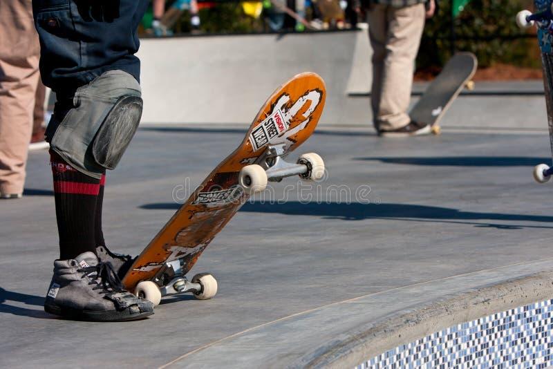 I skateboarder preparano cadere dentro alle ciotole del parco del pattino immagini stock libere da diritti