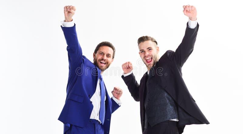 I soci commerciali celebrano il successo Concetto di risultato di affari Festa dell'ufficio Celebri il riuscito affare Uomini fel fotografie stock libere da diritti