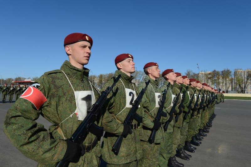 I soldati delle truppe interne del MIA della Russia stanno preparando sfoggiare in quadrato rosso immagini stock libere da diritti