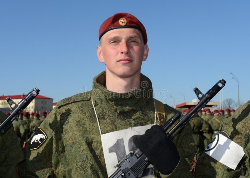 I soldati delle truppe interne del MIA della Russia stanno preparando sfoggiare in quadrato rosso fotografie stock