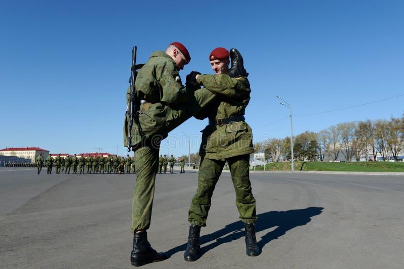 I soldati delle truppe interne del MIA della Russia stanno preparando sfoggiare in quadrato rosso immagine stock libera da diritti