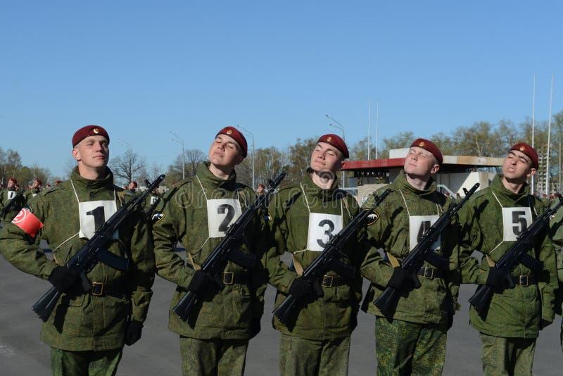 I soldati delle truppe interne del MIA della Russia stanno preparando sfoggiare in quadrato rosso fotografia stock libera da diritti