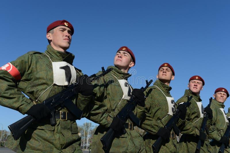 I soldati delle truppe interne del MIA della Russia stanno preparando sfoggiare in quadrato rosso immagini stock