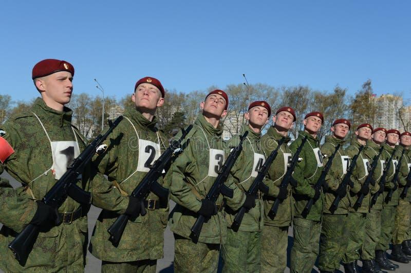 I soldati delle truppe interne del MIA della Russia stanno preparando sfoggiare in quadrato rosso fotografie stock libere da diritti