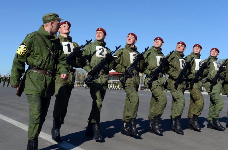 I soldati delle truppe interne del MIA della Russia stanno preparando sfoggiare sul quadrato rosso immagini stock