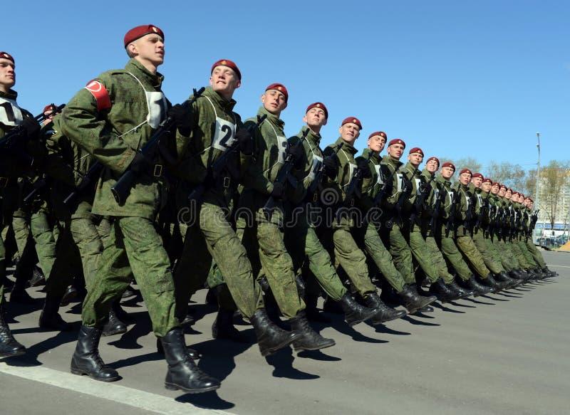 I soldati delle truppe interne del MIA della Russia stanno preparando sfoggiare sul quadrato rosso fotografie stock libere da diritti