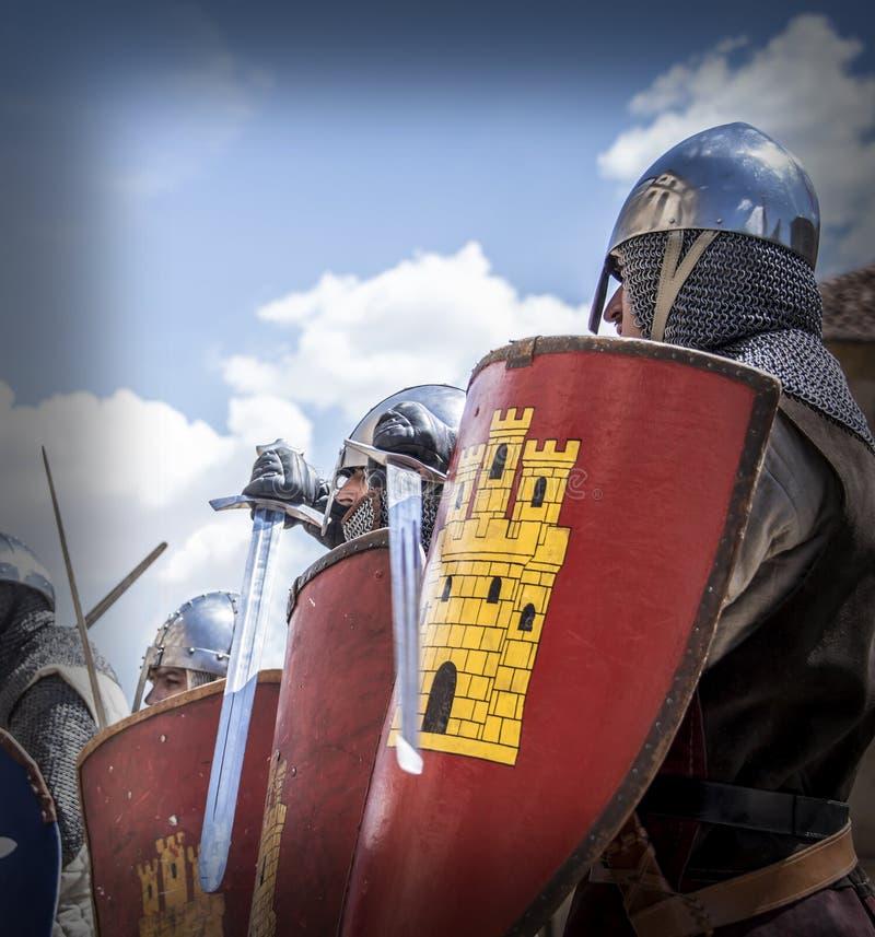 I soldati medievali hanno colpito i loro schermi prima della battaglia fotografia stock libera da diritti