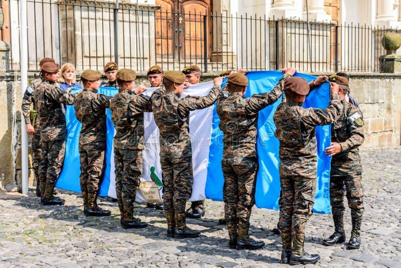 I soldati piegano la bandiera guatemalteca, festa dell'indipendenza, Antigua, Guatem fotografia stock