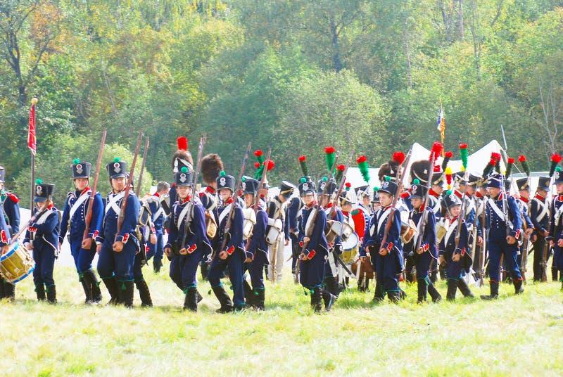 I soldati-reenactors (napoleonici) francesi marciano immagini stock libere da diritti