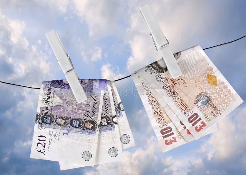 I soldi BRITANNICI si asciugano sulla riga di lavaggio, metafora finanziaria fotografia stock libera da diritti
