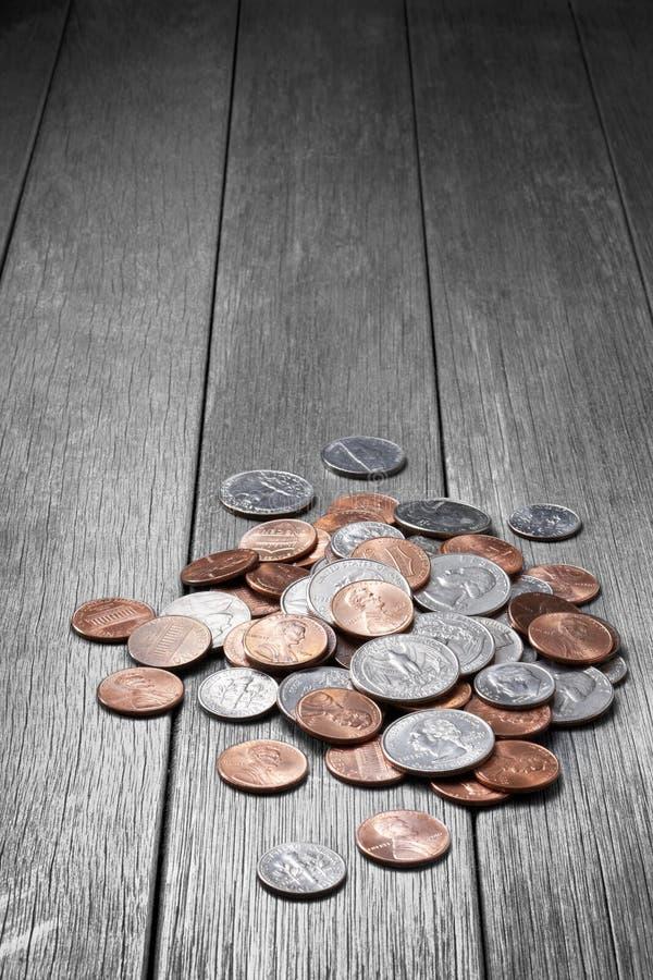 I soldi coniano il fondo di legno immagini stock libere da diritti
