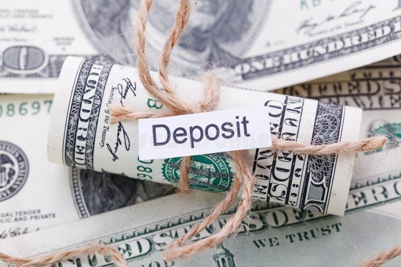 I soldi e l'idea di affari, le banconote in dollari hanno legato con una corda, con un segno - il deposito immagini stock libere da diritti