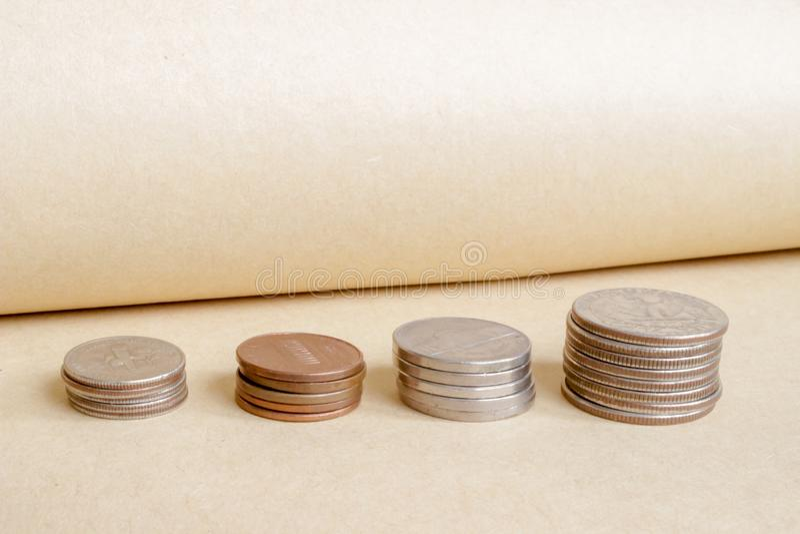 I soldi, monete sono indicati nell'ordine di ascensione, concetto della crescita di ricchezza immagini stock libere da diritti
