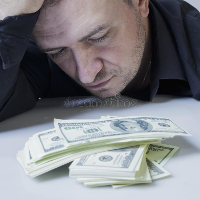 I soldi non sono la chiave a felicità Chiuda sul ritratto psicologico di riuscito ma uomo d'affari infelice con le fatture di dol fotografie stock