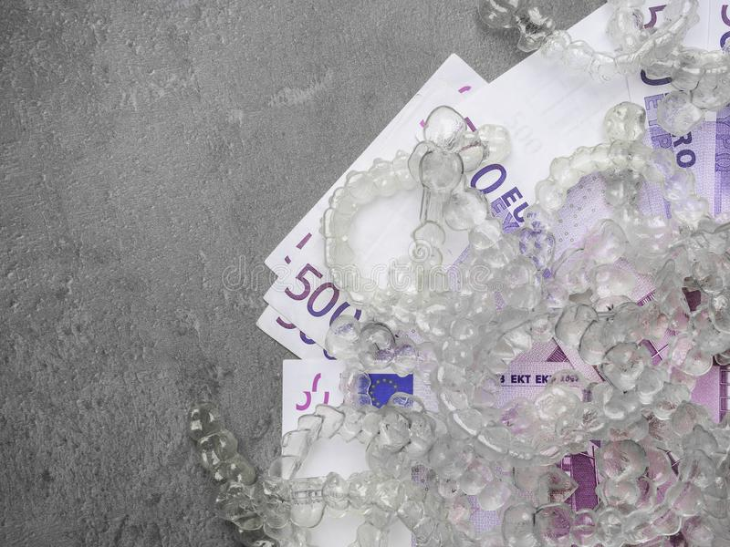 I sostegni o i aligners e invisibili costa, euro soldi dei contanti fotografia stock