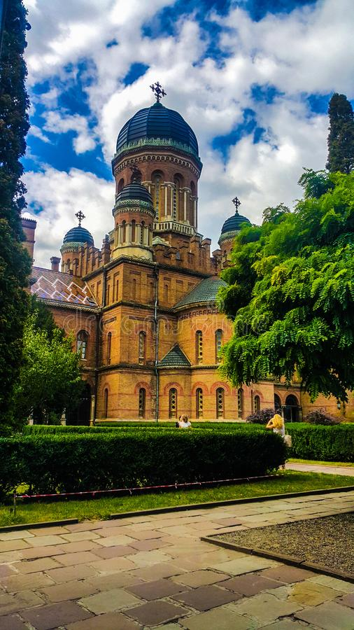 I staden av Chernivtsi finns det ett nationellt universitet som namnges efter Yuri Fedkovich, naturen, är mycket härligt, byggnad arkivbild