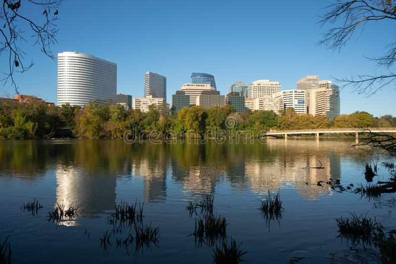 I stadens centrum Alexandria Virginia Buildings Reflected i Potomacet River royaltyfri foto