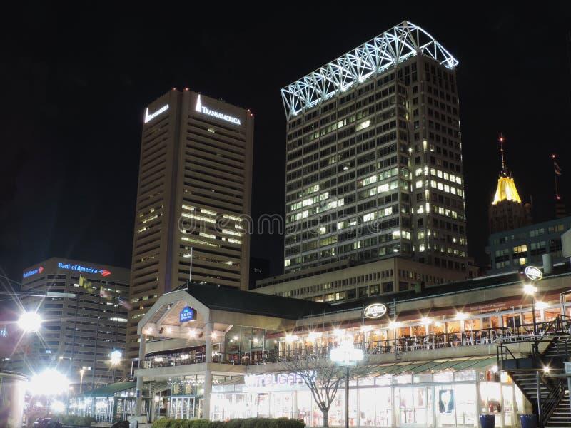 I stadens centrum Baltimore på natten royaltyfria bilder