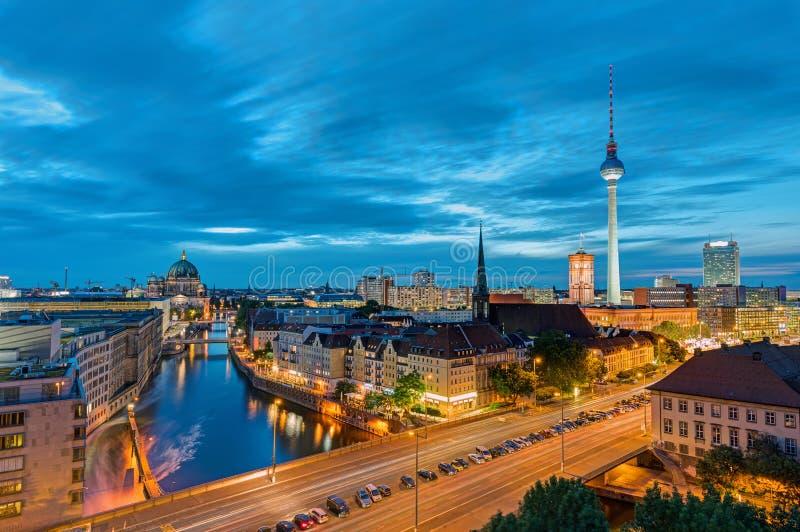 I stadens centrum Berlin med det berömda televisiontornet royaltyfri foto