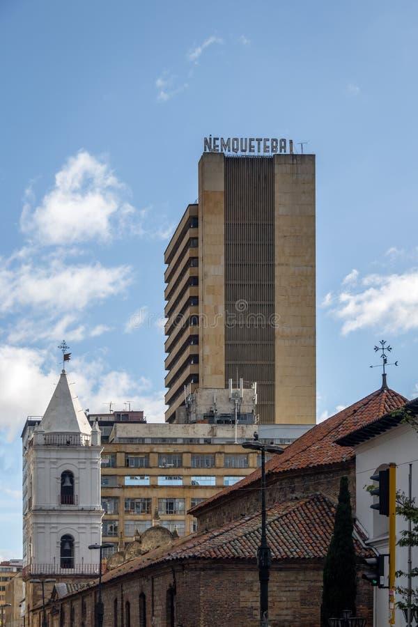 I stadens centrum Bogota byggnader med helgonet Francis Church och Nemqueteba står högt - Bogota, Colombia arkivbilder