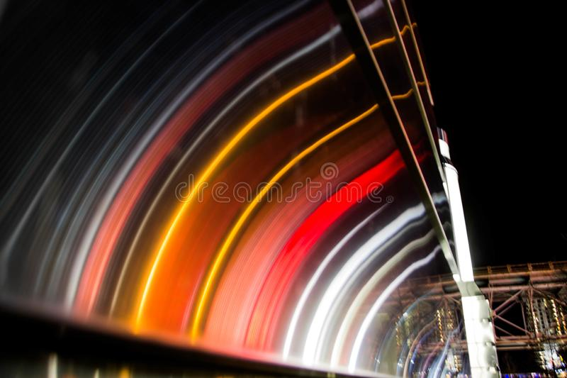 I stadens centrum bokehljus från trafik royaltyfri bild