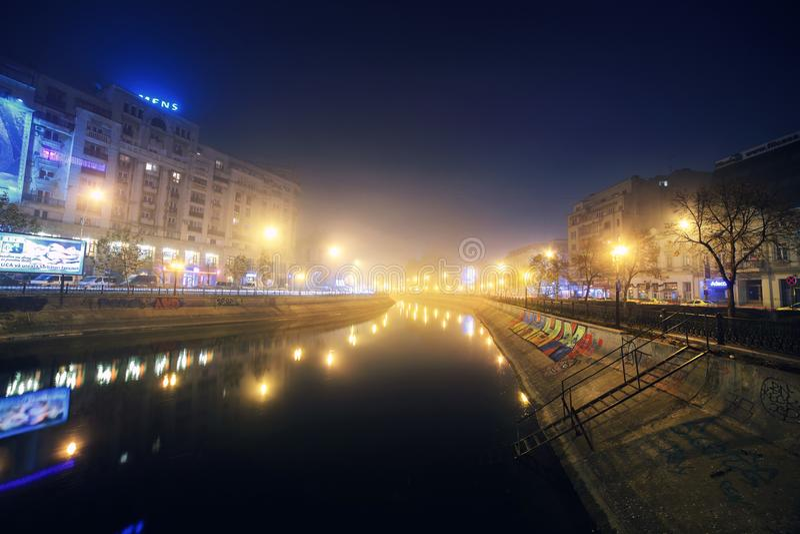 I stadens centrum Bucharest - Dambovita flod arkivfoto