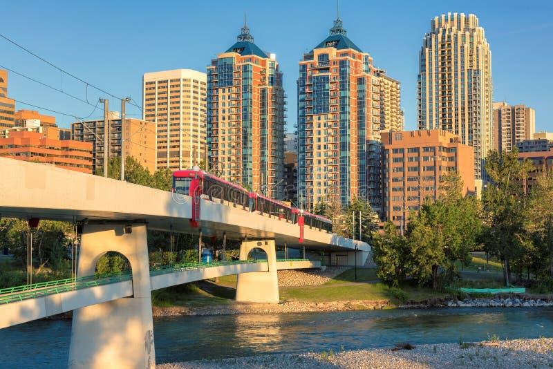 I stadens centrum Calgary horisont på en sommarsolnedgång, Alberta, Kanada royaltyfri bild