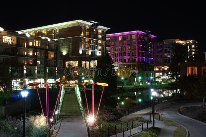 I stadens centrum cityscape av Greenville South Carolina på natten royaltyfria bilder