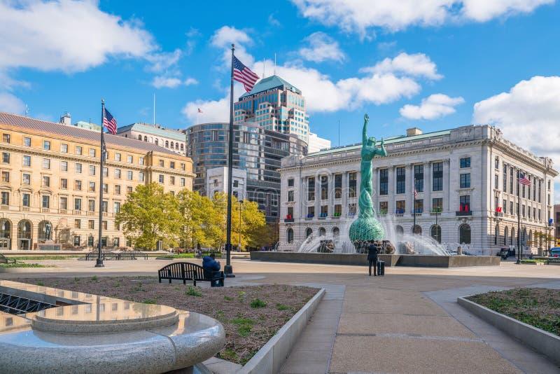 I stadens centrum Cleveland horisont och springbrunn av statyn för evigt liv royaltyfri foto