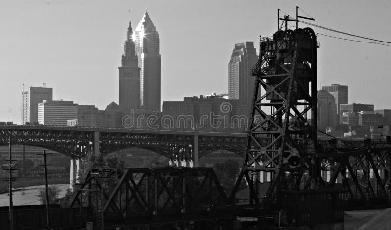 I stadens centrum Cleveland Ohio Bridges arkivbilder