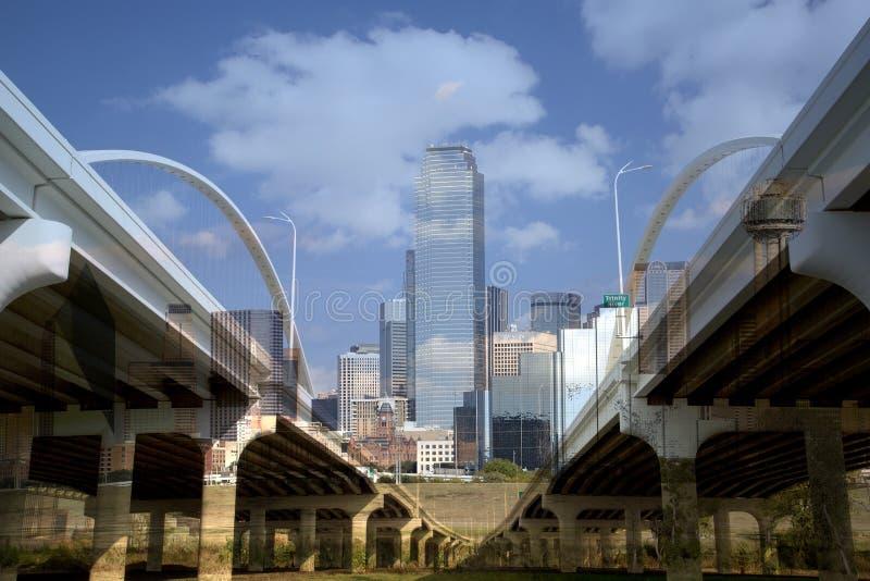 I stadens centrum Dallas och den Margaret konferencié-bermottbron royaltyfria foton