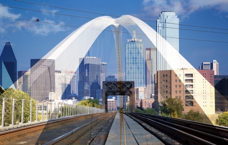 I stadens centrum Dallas och den Margaret konferencié-bermottbron royaltyfria bilder