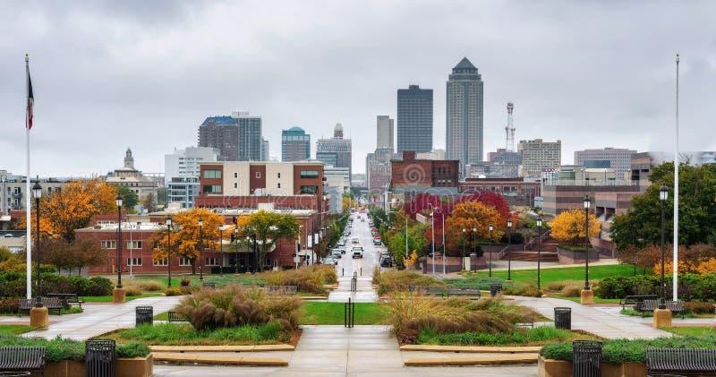I stadens centrum Des Moines som beskådas från Iowa, påstår Kapitolium arkivbild