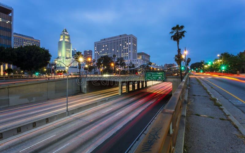 I stadens centrum finansiellt område av den Los Angeles staden och den upptagna motorvägen på natten, Kalifornien royaltyfria foton