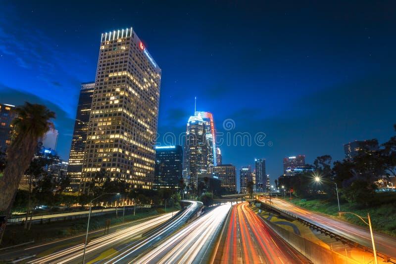 I stadens centrum finansiellt område av den Los Angeles staden och den upptagna motorvägen på natten arkivfoton