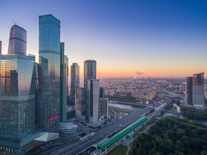 I stadens centrum flyg- sikt av Moskvastaden arkivbilder