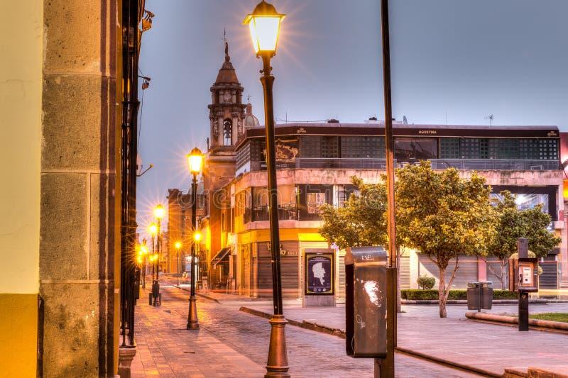 I stadens centrum gator av San Luis Potosi på soluppgång arkivfoto