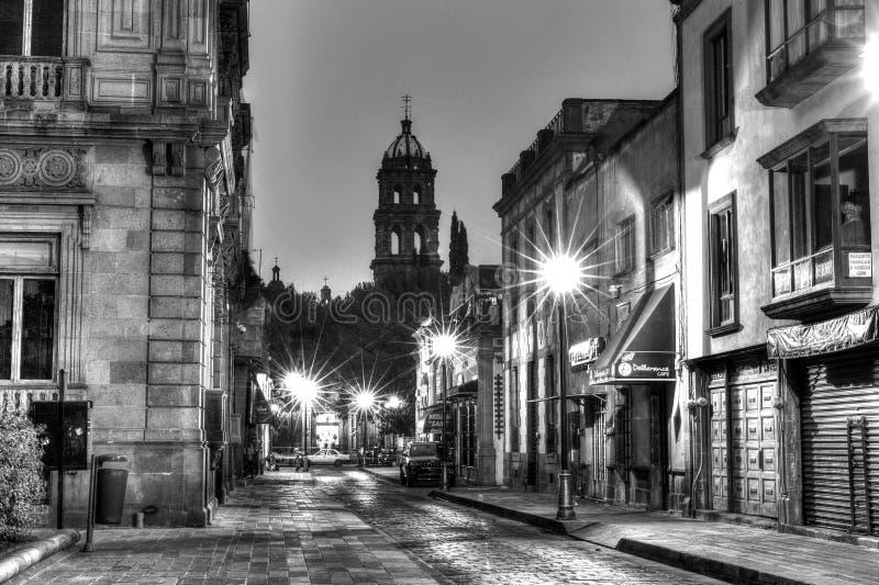 I stadens centrum gator av San Luis Potosi på soluppgång i monokrom royaltyfri bild
