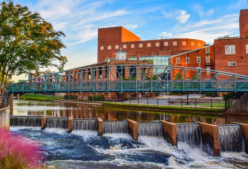 I stadens centrum Greenville South Carolina längs Reedy River på en Sunny Day arkivbild