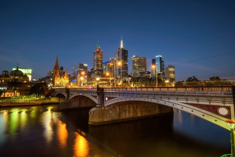 I stadens centrum horisont av Melbourne, prinsessan Bridge och Yarra flod a arkivbild