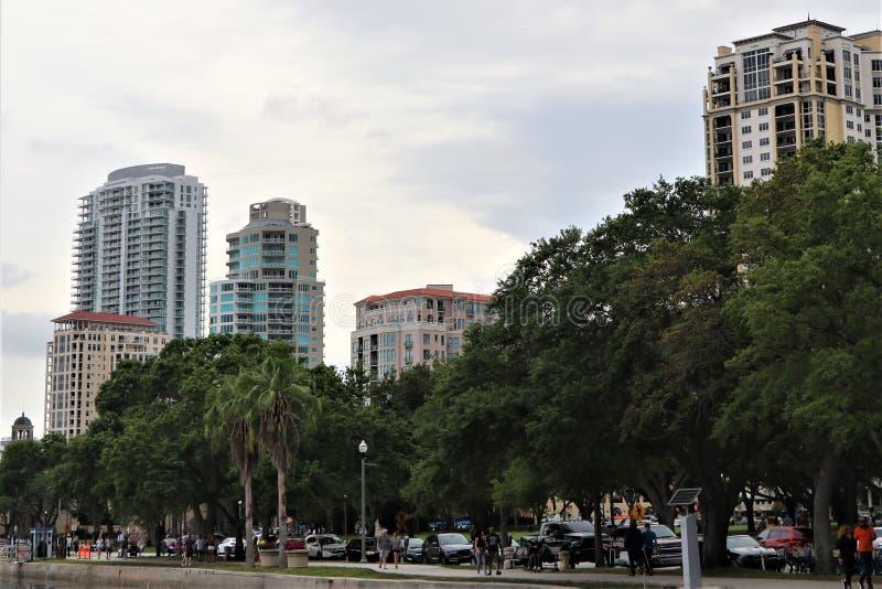I stadens centrum horisont för st pete royaltyfria bilder