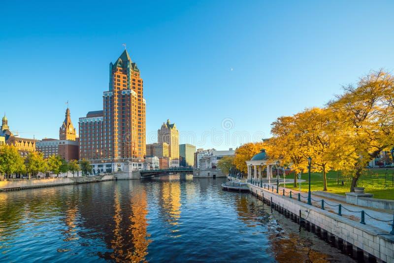 I stadens centrum horisont med byggnader längs den Milwaukee floden arkivbilder