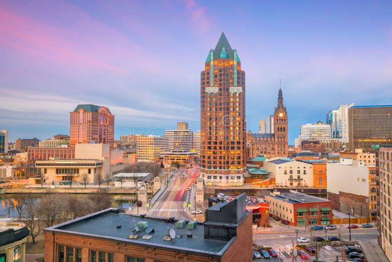 I stadens centrum horisont med byggnader i Milwaukee USA royaltyfri fotografi